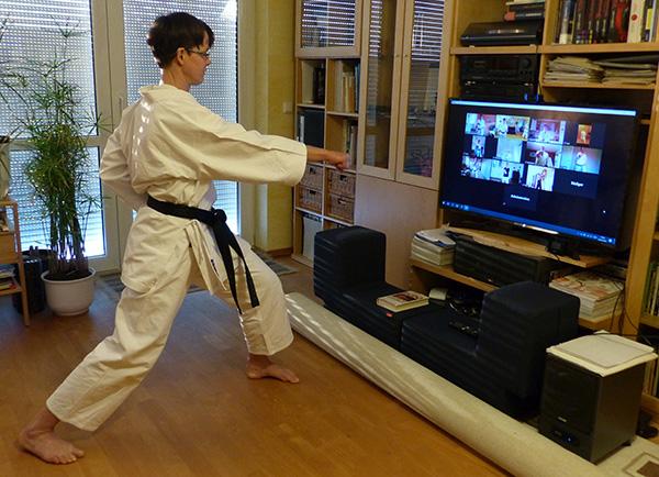 Foto von Yvonne Sievert-Möhle beim virtuellen Karate-Training vor dem Bildschirm